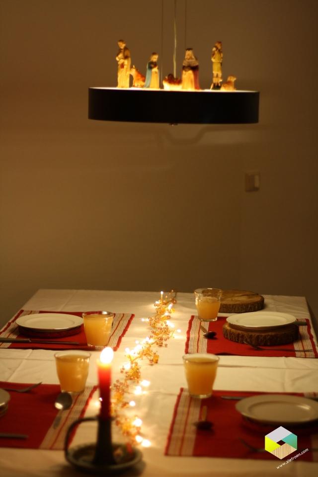 kersttafel met kerststal op lamp