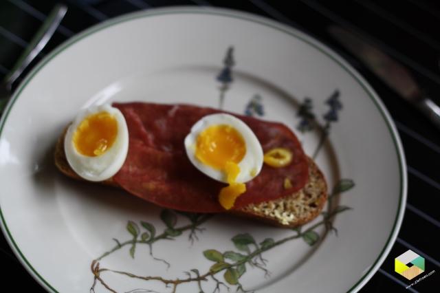zelfgebakken brood met eitje